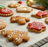 frosted Christmas cookies that can easily be stored in large quantities and brought to school in bento lunch boxes