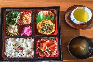 beto box for lunch showing how are bento lunch boxes made